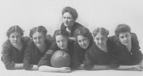 Basketball at U of Iowa, 1908 (public domain).