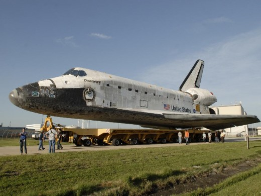 SPACE SHUTTLE DISCOVERY ROLLS TOWARD LAUNCH PAD