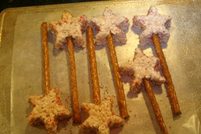 Rice Krispy Treat Wands Photo:creativepartiesandshowers.blogspot.com