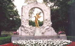 Golden statue of Johann Strauss II in Stadtpark