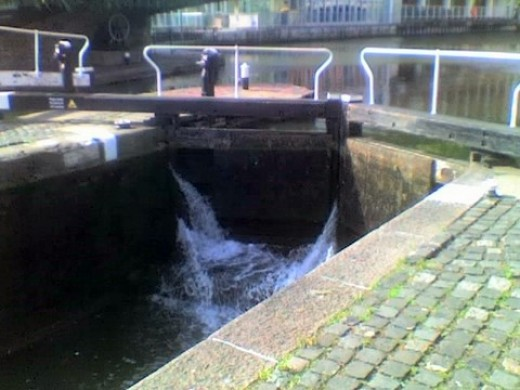 camden lock gates - leaking badly