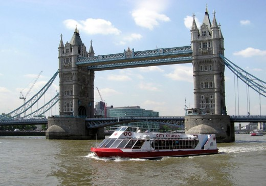 Thames cruiser passing Tower Bridge, London. Photograph by Arpingstone, courtesy of Wiki Commons