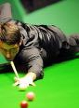 Champion snooker wizard, Ronnie O'Sullivan lines up a pot.      sky sports pic.