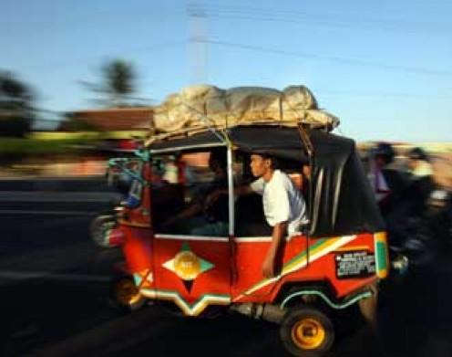 Going mudik by three-wheeled cab.