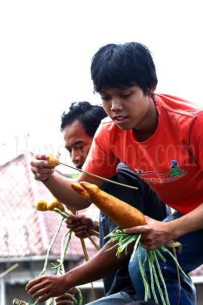Java People snatced the Gunungan for good luck credit : Handoyoblog.com