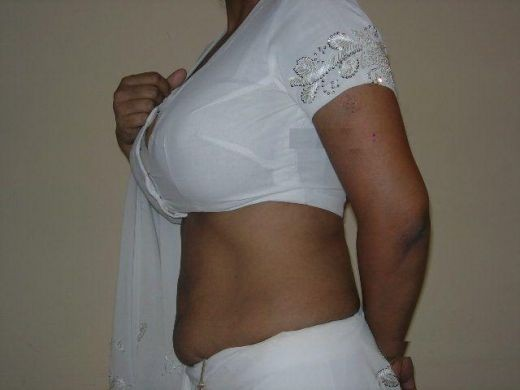 hot  mallu aunty wearing saree