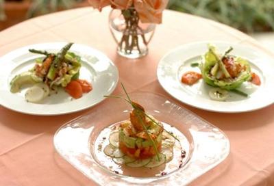 Le Cirque Lobster Salad - Pinaghalo-halong mga gulay tulad ng lettuce (wag kayong jologs, hindi [let-us] ang pronunciation nyan, kundi [let-is] , okay?) sige na nga litsugas nalang  ano pa ba yan? ersibuyas, balat ng sibuyas, sitaw, mayana, dahon ng
