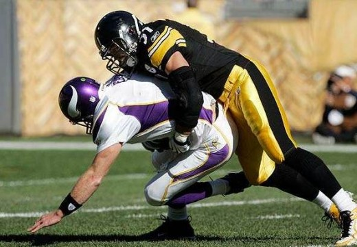 Pittsburgh Steelers linebacker James Farrior (R) sacks Minnesota Vikings quarterback Brett Favre in the first quarter of their NFL football game in Pittsburgh, Pennsylvania on Oct. 25, 2009. (REUTERS)