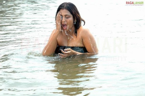 images of Masala Aunty Bhuvaneswari Bathing In River Hot Photos Page 2