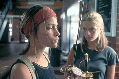 Paulie (Piper Perabo) left, Mary (Mischa Barton) right.