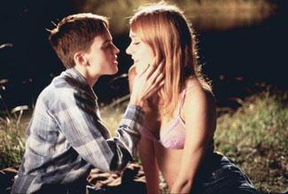 Brandon (Hilary Swank) left, Lana (Chloe Sevigny) right.