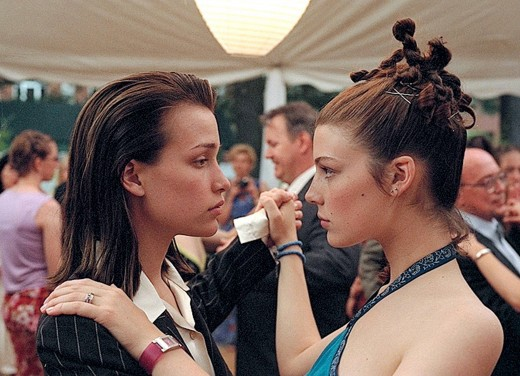 Paulie (Piper Perabo) left, Tori (Jessica Par) right.
