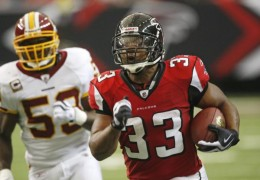 Atlanta Falcons running back #33 Michael Turner breaks away from Washington Redskins' London Fletcher in the first quarter of an NFL football game Sunday, Nov. 8, 2009, in Atlanta. (AP Photo/John Bazemore)