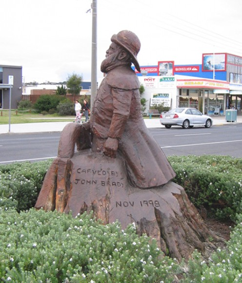 Memorial statues carved from old trees in the main street of Lakes Entrance