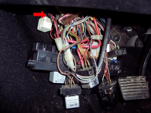 The fuse block as I discovered it.  The red arrow shows where the Fuel Pump wire (green/black) should be.