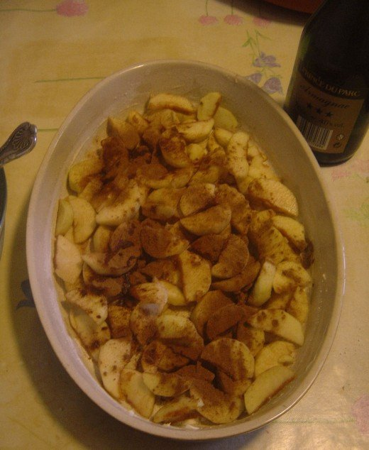 Put the sliced apples into a flan dish. And sprinkle with cinnamon