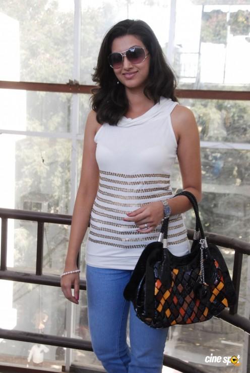 Hamsa Nandini (Malayalam TV Anchor )Sleevless dress hot s*xy Photos,,pics Gallery Image 14