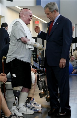 President Bush speaks with Specialist Rick Yarosh during a visit to the Center for the Intrepid at Brooke Army Medical Center in San Antonio, Texas, November 8, 2007.      REUTERS/Jim Young