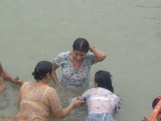 mallu hot indian aunties wet bathing photo
