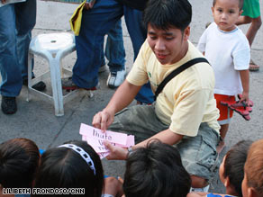 Here Efren Penaflorida does what he likes best, teaching the young ones with dynamism and compassion Picture courtesy of CNN.com