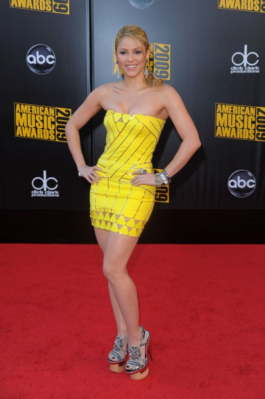 Shakira in a yellow mini dress and high heels on the 2009 AMA red carpet