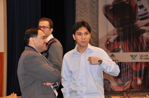 Wesley So having a nice conversation with the tournament's officials. Is the last Asian standing in the tournament. - Photo from ugra-chess.ru