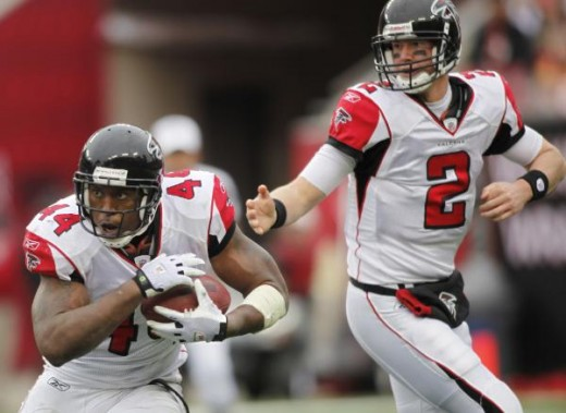 Atlanta Falcons Jason Snelling (44) takes the hand off from quarterback Matt Ryan (2) during an NFL football game Sunday, Jan. 3, 2010, in Tampa, Fla. (AP Photo/Brian Blanco)
