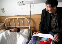 Bao-visits-mother-and-son-in-the-maternity-ward_jpg