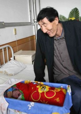 Bao-the-world's-tallest-father-is-engrossed-in-looking-at-nis-newly-born-baby-boy.jpg