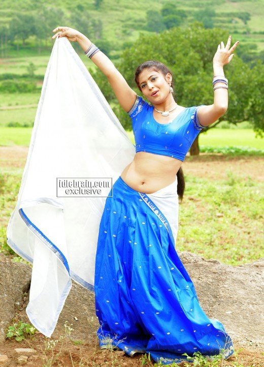 Saira Bhanu navel show in blue saree