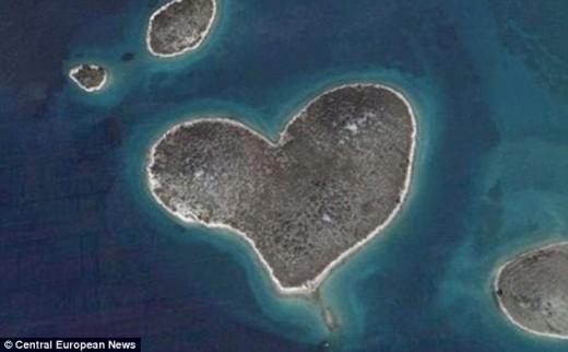 The island is located in Zadarski Kanal between Zadar and the Island of Pasman in Croatia.