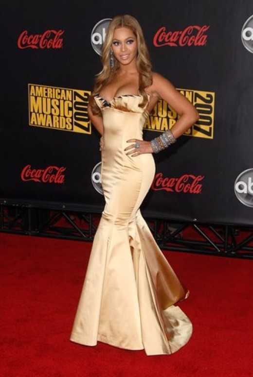 Beyonce at the American Music Awards in a gorgeous gold gown with lots of sheen!