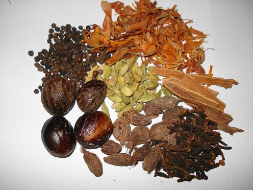 This is blend of spices in India and Pakistan: brown cardamom, green cardamom, cinnamon, cloves, nutmeg , mace and black pepper; sometimes  cumin seed, caraway, and bay leaves added. In Punjab, often with coriander as well. [Photos, public domain.]