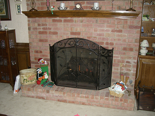 by Lordsuch via Flickr. Notice that the screen is higher than the fireplace opening.
