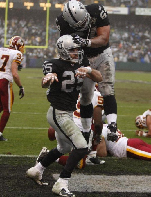 Oakland Raiders running back Justin Fargas (25) and Oakland Raiders center Samson Satele (64) in action  (AP Photo/Ben Margot)