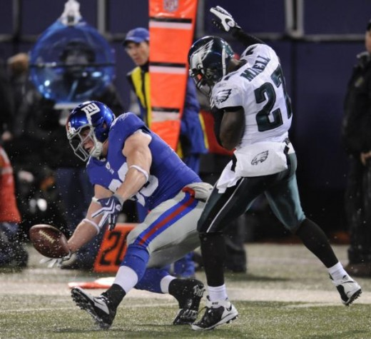 New York Giants tight end Kevin Boss (89) makes a catch against Philadelphia Eagles safety Quintin Mikell (27) for a first down in the first quarter during an NFL football game Sunday, Dec. 13, 2009, in East Rutherford, N.J. (AP Photo/Bill Kostroun)