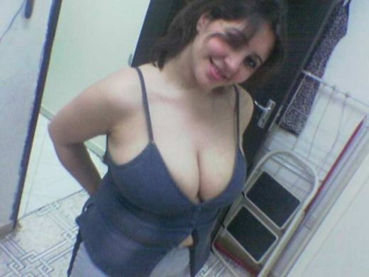 desi hot bhabhi sexy cleavage show