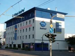 http://upload.wikimedia.org/wikipedia/commons/c/c8/Etap_Hotel_Saarbruecken.jpg