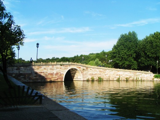 One of the bridges at West Lake/Photo by CaribeM
