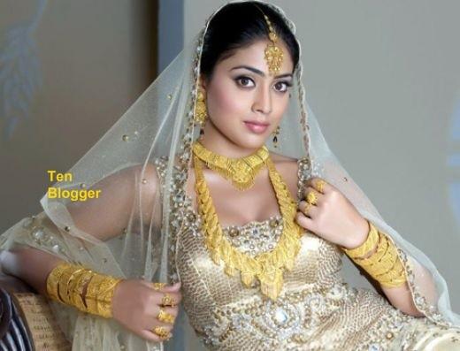Actress Shriya Saran - Gold Jewelry - Very Gracious
