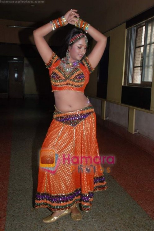 Hot and Sexy Bhojpuri Aunty Rani Chatterjee Image 2