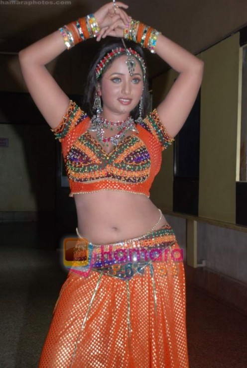 Hot and Sexy Bhojpuri Aunty Rani Chatterjee Image 3