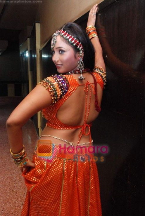 Hot and Sexy Bhojpuri Aunty Rani Chatterjee Image 4