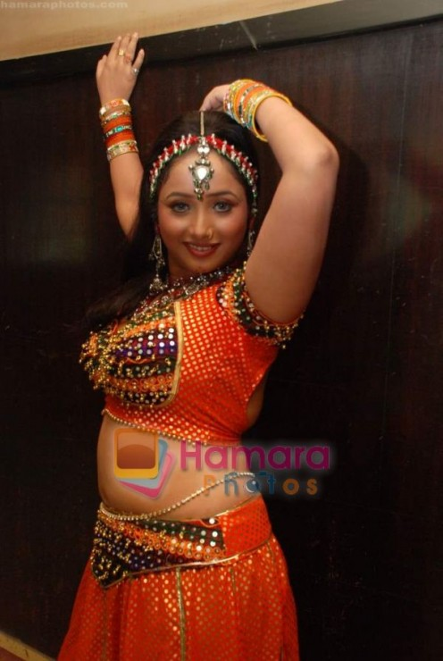 Hot and Sexy Bhojpuri Aunty Rani Chatterjee Image 5