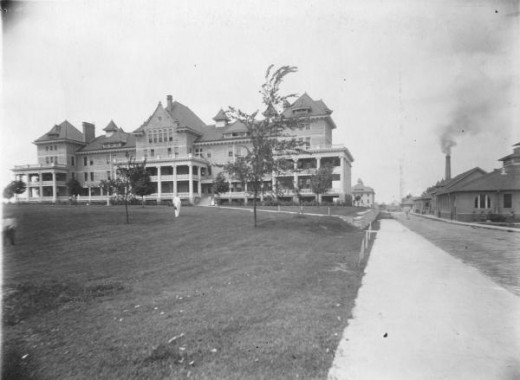 The Bowen Building and front entrance to Peoria State Hospital in the early 20th century.
