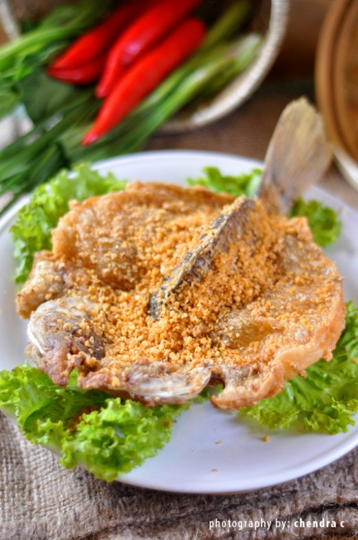 Crispy fish meat with fried garlic