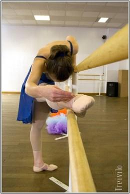 ballet stretching photo by Treivilo