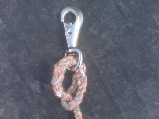 Shows how to attach your snap to the leadrope. And how easy it is to replace a broken snap.