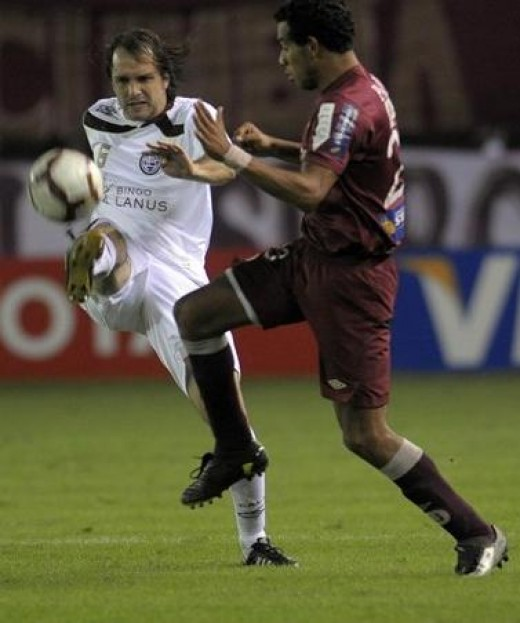 Handicapped football player. Argentine Jadson Viera seemed to be playing with just one arm in a game against Peruvian defender in Libertadores Cup. Photo from Getty Images, FIFA.com