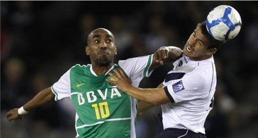 Hehehe intense fight for ball possession between Erivaldo Saraiva and Rodrigo Vargas in AFC Champions League Group E match. Photo from Getty Images, FIFA.com